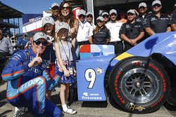 Scott Dixon, Chip Ganassi Racing Honda places the Verizon P1 Pole Award sticker with help from wife Emma and daughters Tilly and Poppy