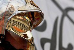 Sebastian Vettel, Ferrari SF70-H reflejo en un casco de un oficial de pista