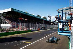 Lewis Hamilton, Mercedes AMG F1 W08, se lleva la bandera a cuadros.
