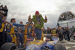 Ganador de la carrera Alexander Rossi, Curb Herta - Andretti Autosport Honda fsteja con el equipo