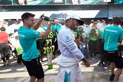 Race winner Lewis Hamilton, Mercedes AMG F1, the Mercedes team celebrate victory