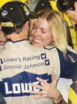 Ganador de la carrera y campeón 2016 Jimmie Johnson, Hendrick Motorsports Chevrolet con su esposa C