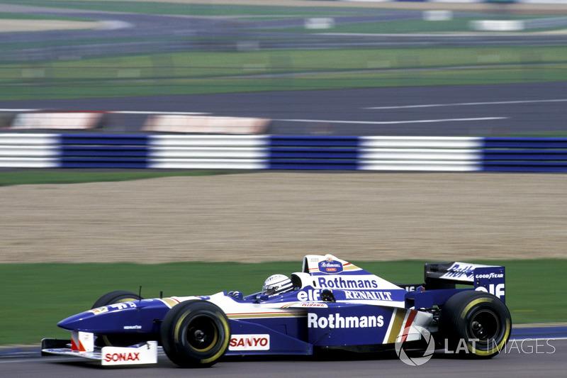 Riccardo Patrese pilota el Williams Renault FW18 campeón del mundo (1996)