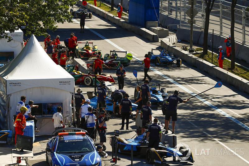 Daniel Abt, ABT Schaeffler Audi Sport, y Sébastien Buemi, Renault e.Dams, entran en pits