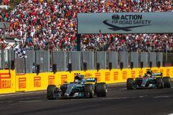 Valtteri Bottas, Mercedes-Benz F1 W08 Hybrid, Lewis Hamilton, Mercedes-Benz F1 W08 Hybrid cruzan la