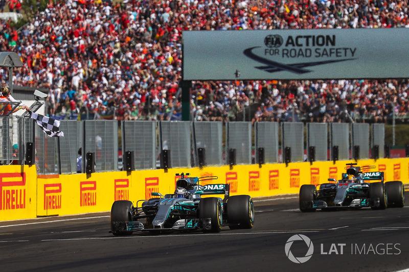 Valtteri Bottas, Mercedes-Benz F1 W08 Hybrid, Lewis Hamilton, Mercedes-Benz F1 W08 Hybrid tagliano il traguardo