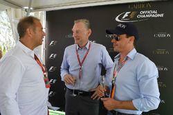 Kai Ebel, RTL-Reporter, mit Alex Mea, und Sean Bratches, kommerzieller Leiter Formel 1