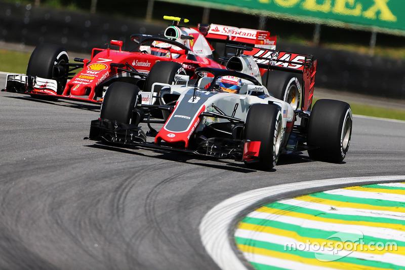 Ромен Грожан, Haas F1 Team VF-16, та Кімі Райкконен, Ferrari SF16-H, із захистом кабіни Halo