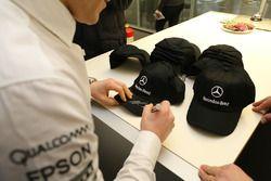 Valtteri Bottas, Mercedes AMG F1 firma autógrafos para los empleados de Mercedes-Benz