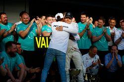 Гонщик Mercedes AMG F1 Валттери Боттас принимает поздравления своего напарника Льюиса Хэмилтона