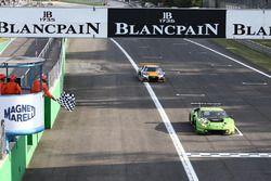 Drapeau à damiers pour la #63 GRT Grasser Racing Team, Lamborghini Huracan GT3: Mirko Bortolotti, Christian Engelhart, Andrea Caldarelli