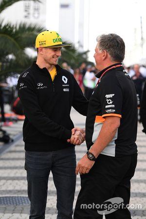 Nico Hulkenberg, Renault Sport F1 Team et Otmar Szafnauer, directeur d'exploitation Force India Formula One Team