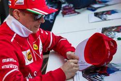 Kimi Raikkonen, Ferrari lors d'une séance d'autographes