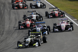 Start of the race, Lando Norris, Carlin Dallara F317 - Volkswagen leads