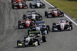 Старт гонки: лидирует Ландо Норрис, Carlin Dallara F317 – Volkswagen