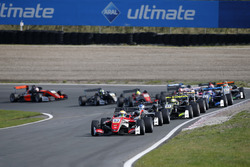 Start: Callum Ilott, Prema Powerteam, Dallara F317 - Mercedes-Benz aan de leiding