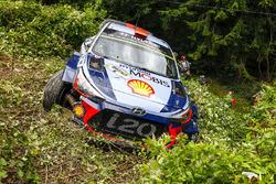 После аварии: Дани Сордо и Марк Марти, Hyundai i20 Coupe WRC, Hyundai Motorsport