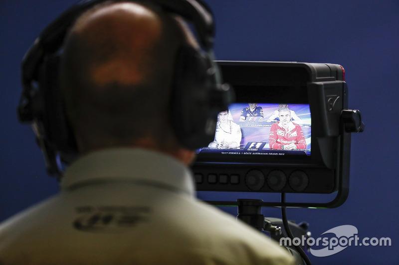 Оператор фільмує прес-конференцію