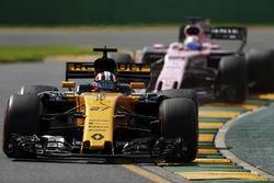 Nico Hulkenberg, Renault Sport F1 Team RS17, devant Sergio Perez, Force India VJM10