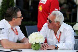 Zak Brown, Director Ejecutivo de McLaren, con Lawrence Stroll, hombre de negocios