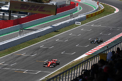 Sebastian Vettel, Ferrari SF70H and Lewis Hamilton, Mercedes-Benz F1 W08 luchan por la posición