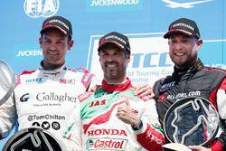 Podium: winnaar Tiago Monteiro, Honda Racing Team JAS, Honda Civic WTCC, tweede Tom Chilton, Sébasti