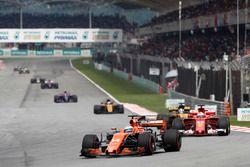Фернандо Алонсо, McLaren MCL32, и Себастьян Феттель, Ferrari SF70H