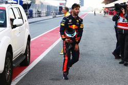 Daniel Ricciardo, Red Bull Racing returns to the pits after stopping on the circuit