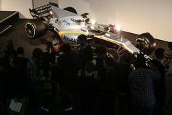 Sergio Perez est interviewé devant la Sahara Force India VJM10