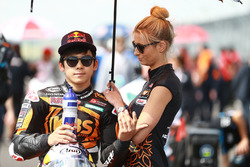 Ayumu Sasaki, SIC Racing Team con una hermosa chica
