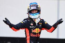 A futamgyőztes Daniel Ricciardo ünnepel a parc fermében
