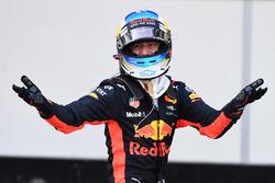 Le vainqueur Daniel Ricciardo, Red Bull Racing dans le parc fermé