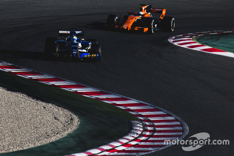 Marcus Ericsson, Sauber C36, y Fernando Alonso, McLaren MCL32
