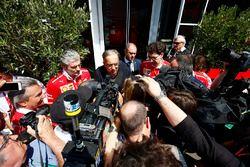 Sergio Marchionne, CEO, Fiat Chrysler en voorzitter, Ferrari, Maurizio Arrivabene, teambaas Ferrari