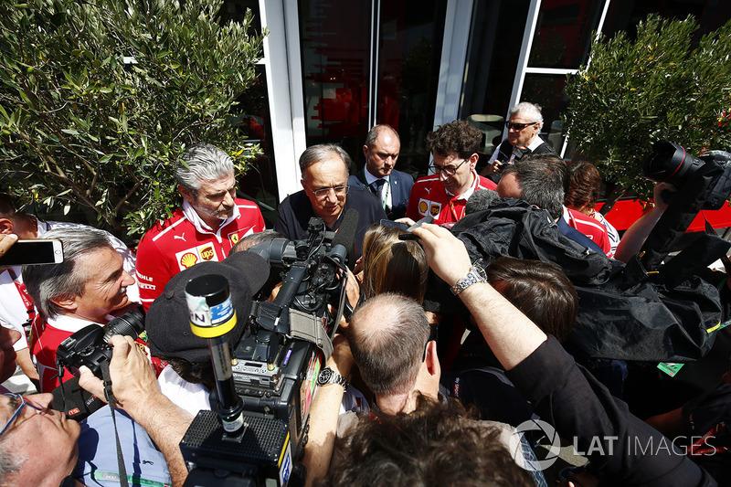 Президент Ferrari Серджіо Маркіонне, керівник команди Ferrari Макріціо Аррівабене