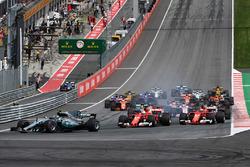 Старт гонки: лидирует Валттери Боттас, Mercedes AMG F1 W08