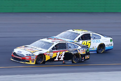 Clint Bowyer, Stewart-Haas Racing Ford, Michael McDowell, Leavine Family Racing Chevrolet