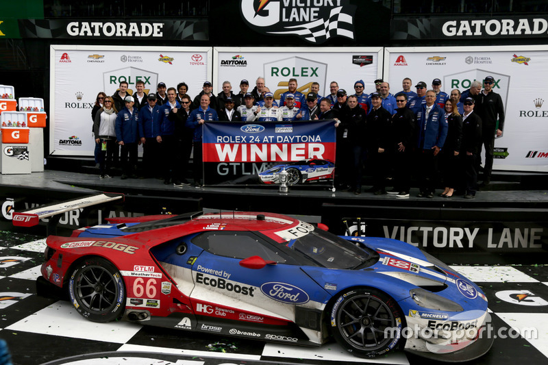Winnaar GTLM: #66 Ford Performance Chip Ganassi Racing Ford GT: Joey Hand, Dirk Müller, Sébastien Bourdais met het team