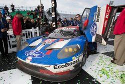 Les vainqueurs en GTLM #66 Ford Performance Chip Ganassi Racing Ford GT: Joey Hand, Dirk Müller, Sébastien Bourdais