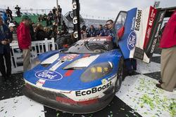 Primer lugar GTLM #66 Ford Performance Chip Ganassi Racing Ford GT: Joey Hand, Dirk Müller, Sébastie