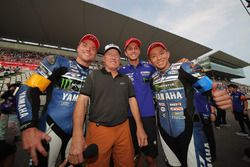 #21 YAMAHA FACTORY RACING TEAMの3人とケニー・ロバーツ