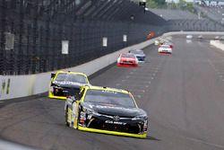 Мэтт Тиффт, Joe Gibbs Racing Toyota и Пол Менард, Richard Childress Racing Chevrolet
