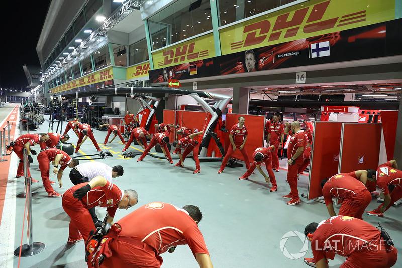 Механики Ferrari на разминке