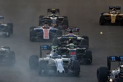 Старт гонки: Валттери Боттас, Williams FW38, Дженсон Баттон, McLaren MP4-31, и Ромен Грожан, Haas VF