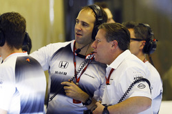 Zak Brown et Tom Stallard, McLaren dans le garage