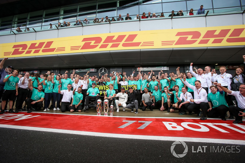 Lewis Hamilton HLewis, Mercedes AMG F1 celebra, champagne y los trofeos con Billy Monger y hermano N