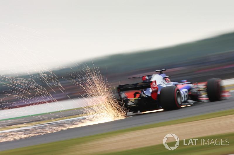Daniil Kvyat, Scuderia Scuderia Toro Rosso STR12 kıvılcım saçıyor