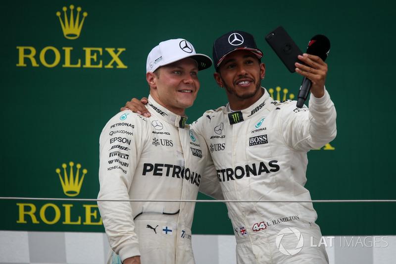 Valtteri Bottas, Mercedes AMG F1 y Lewis Hamilton, Mercedes AMG F1 celebran en el podio