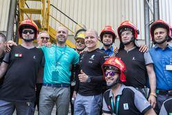 Valtteri Bottas con il personale dello stabilimento