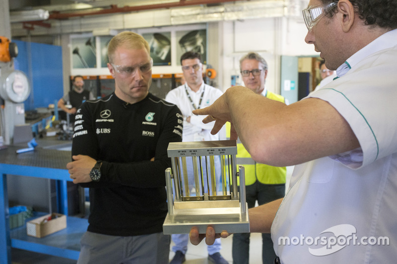 Bottas en los laboratorios de Petronas Lubricants International